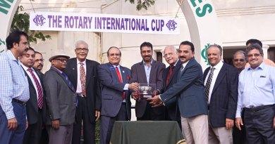 PDG R Ramakrishnan, PRID P T Prabhakar, DG R Srinivasan, Founder Chairman of Apollo Hospitals  Dr P C Reddy felicitate the winner. Also present: (from R) PDG Natarajan Nagoji, DGN G Chandramohan, PDG P T Ramkumar and DGE Babu Peram (extreme left).