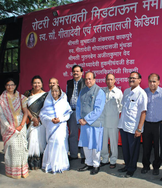 Former President of India Pratibha Patil, along with PDG Kishor Kedia (to her left) and D 3131 PDG Deepak Shikarpur, after the inauguration of the van.