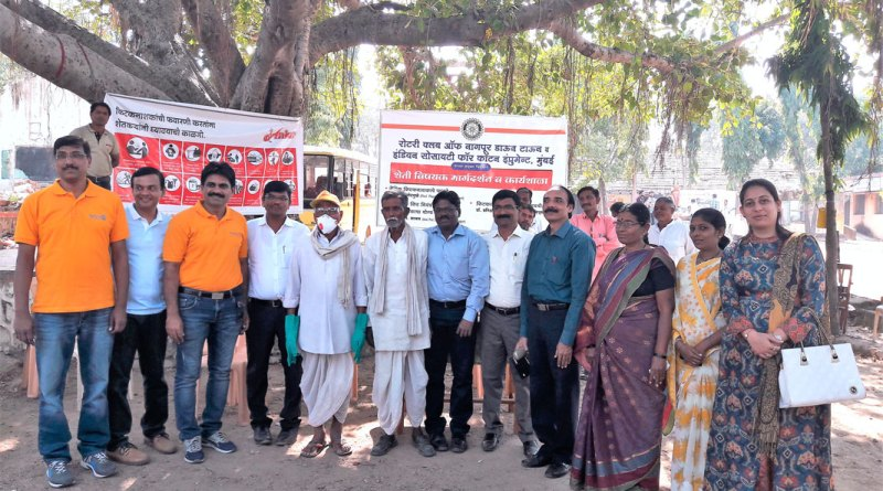RC Nagpur Downtown Secretary Dr Rishikesh Mayee (second from L), President Vijay Thakare (third from L), Rtn Pratiksha Mayee (extreme right) and other members with farmers at the Gumthala village.