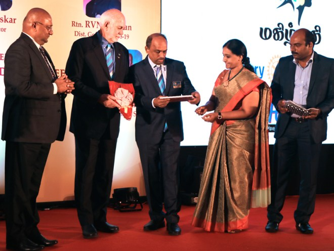 D 3000 DGE R V N Kannan honours RIPE Barry Rassin with a memento in the presence of RID C Basker, PETS Chairman R Anandtha Jothi and SETS Chairman J Aravindan.
