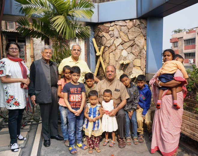 PRID Shekhar Mehta, PP RP Vidhawan, Pradeep Rawat and RC Calcutta Mahanagar President Chitra Agarwal with the child beneficiaries of Saving Little Hearts project.