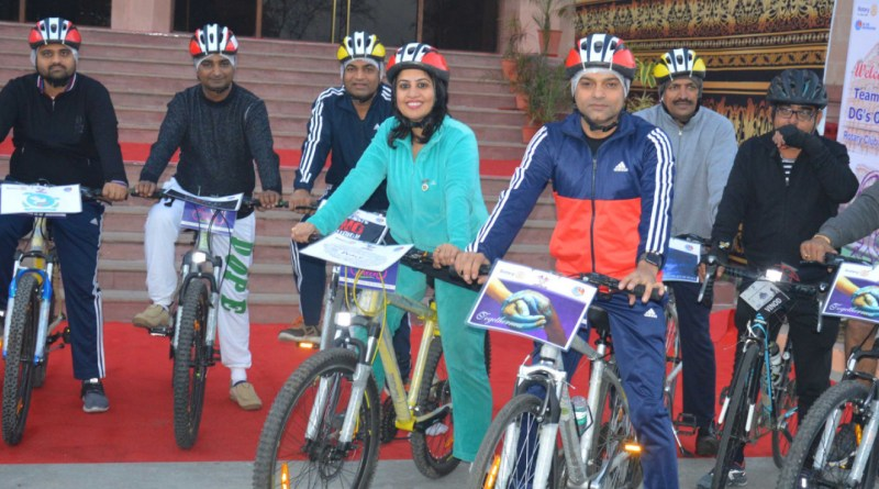 Rotarians lined up in front of the Birla Auditorium in Jaipur, all set for the bicycle rally.