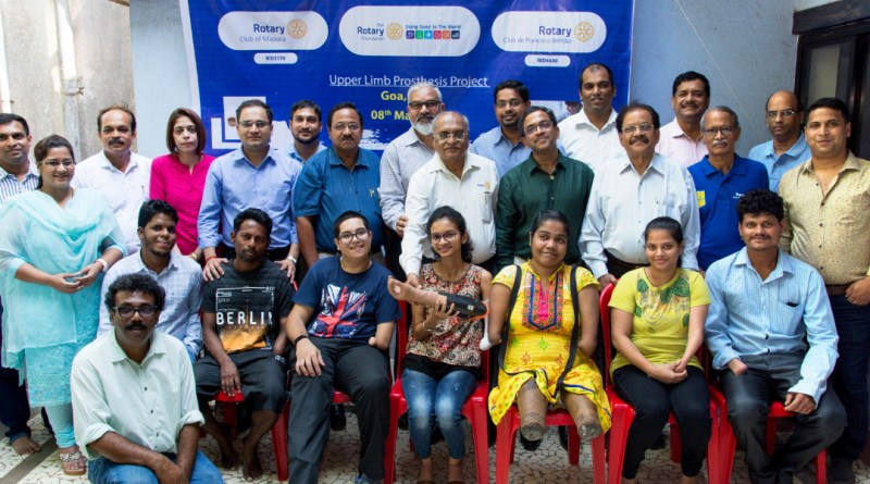 DG Ravikiran Kulkarni (centre) and RC Mapuca President Ajay Menon (centre behind) with the beneficiaries.