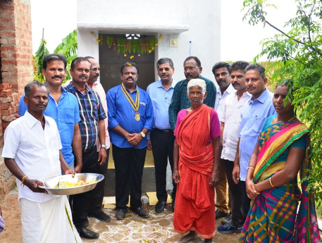 PDG Chinnadurai Abdullah (sixth from right) and RC Tinnevelly President P Chockalingam with beneficiaries.