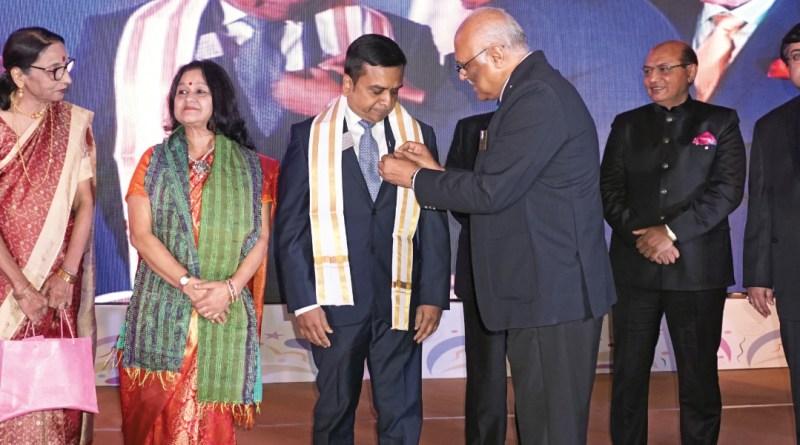 IPDG Mukul Sinha installs incoming DG Ajay Agarwal in the presence of (from L) Sonal Sanghvi, Rakhi Sinha, Mamta Agarwal, RID Kamal Sanghvi, DGE Sudip Mukherjee and incoming president of RC Calcutta Mahanagar Vinod Mahipal.