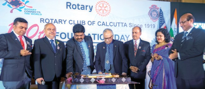 The youngest and oldest members of RC Calcutta cut a cake in the presence of (from L) DG Ajay Agarwal, Club President Purnendu Roy Choudhury, RIPN Shekhar Mehta, Club Secretary Anusua Das and RID Kamal Sanghvi.
