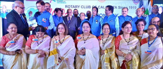 RC Calcutta President Purnendu Roy Choudhury (L) and PRIP Kalyan Banerjee (fifth from L) with Lucknow Rotarians.
