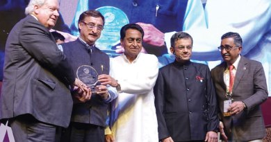RI President Mark Maloney and MP Chief Minister Kamal Nath honour PDG Vivek Tankha in the presence of RID Bharat Pandya and Institute Chairman TN Subramanian.
