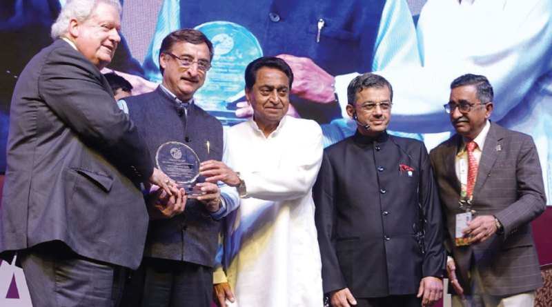 RI President Mark Maloney and MP Chief Minister Kamal Nath honour PDG Vivek Tankha in the presence of RID Bharat Pandya and Institute Chairman T N Subramanian.