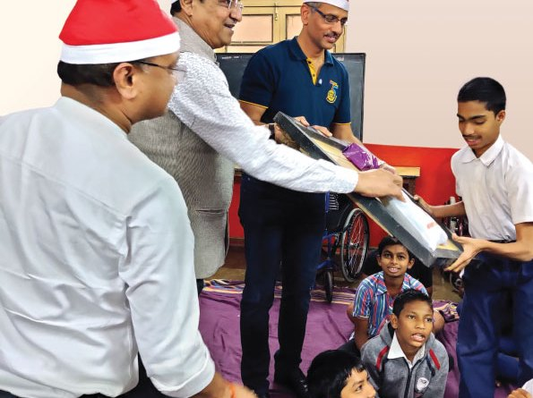 (From L) AG Arun Mittal, DG Bhamre and Club President Paranjpe distribute gifts to children at the Matru Seva Sangh.