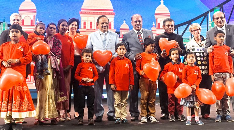 From R: RID Kamal Sanghvi, PDG Nancy Barbee, RID Bharat Pandya, RIPN Shekhar Mehta, Union Health Minister Harsh Vardhan, Rtn Sue Pagent and RIDE Valerie Wafer with polio survivors.