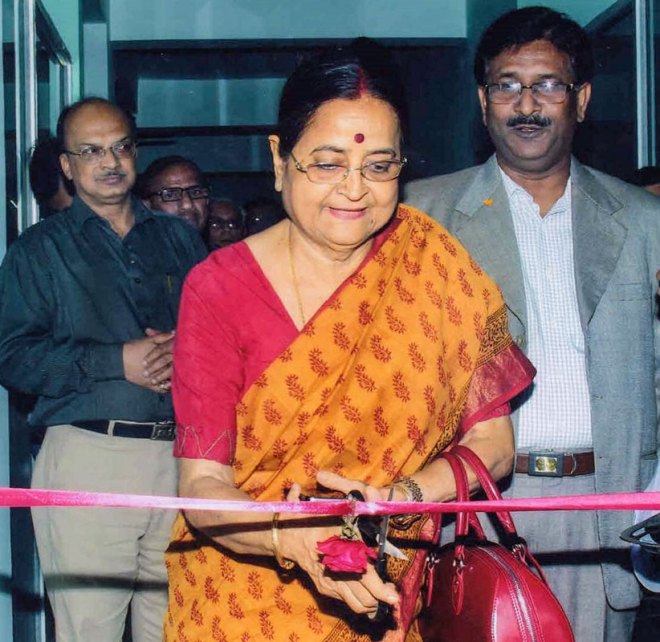Binota Banerjee inaugurating a department. Hospital chairman Hira Lal Yadav (R) and PDG Angsuman Bandyopadhyay are also seen.