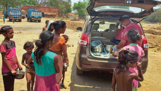 RC Mumbai Queen's Neckalce distributes food for the needy during the pandemic lockdown.