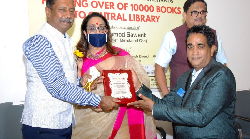 Ravishankar Dakoju, past president of RC Bangalore Orchards, and his wife Paola honouring RC Panaji president Carlito Martins for sponsoring 10,000 books to the Central Library, in the presence of DG Sangram Patil.