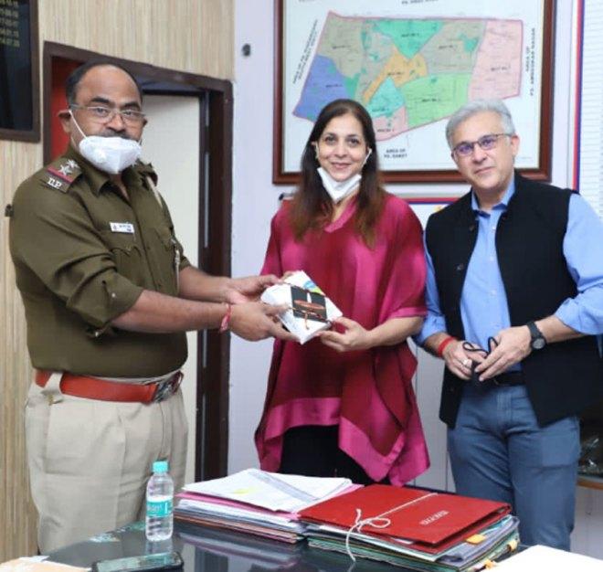 RC Delhi Premier president Aneesha Dalmia and secretary Sudhanshu Pachisia give N95 masks to be distributed among the police force.