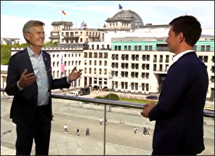 RI President Holger Knaack in conversation with Sasha Hingst, news anchor and member of RC Hamburg, in front of the 325-year-old German Academy of Arts, in Hamburg.