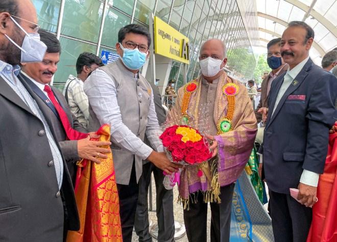 RI President Shekhar Mehta being received at the Coimbatore airport by PDG A Karthikeyan in the presence of PDGs AV Pathy, KA Kuriachan and Rtn S Senguttuvan. PDG Kishore Kumar is also seen.