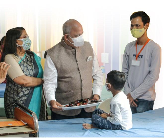 RI President Shekhar Mehta and Rashi visit a child at the hospital.