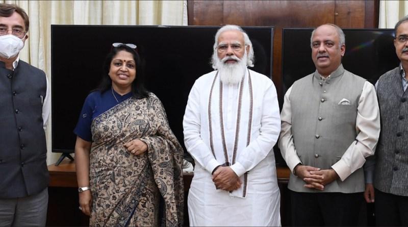RI President Shekhar Mehta met Prime Minister M Narendra Modi at Delhi and discussed, over a 45-minute meeting, various development programmes, where Rotary can work with the GoI. Rashi Mehta, Rajya Sabha MP PDG Vivek Tankha (RID 3261) and PDG Ashish Desai (RID 3054) were also present.