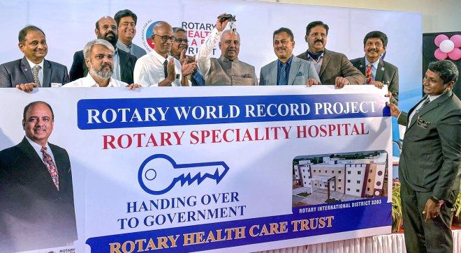 RI President Mehta hands over the Rotary hospital's key to the Erode Government Hospital dean Dr Mani in the presence of RIDs Kotbagi, Venkatesh and members of the Rotary Health Care Trust.