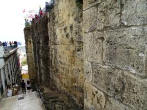Sur duvarları yanından inen yol merdivenli ve manzaralı