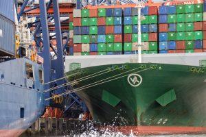 Groot vrachtschip gezien vanuit de Watertaxi