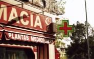 Cruz de farmacia en banderola de esquina con neón