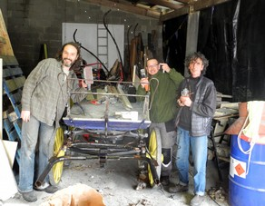 Mickaël, Jimmy et Bruno pendant le chantier de rénovation de la calèche