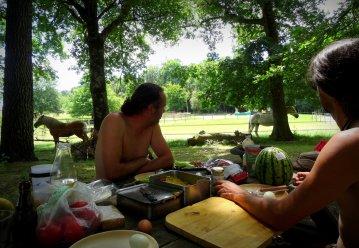 Pause déjeuner pour les meneurs et le groom.