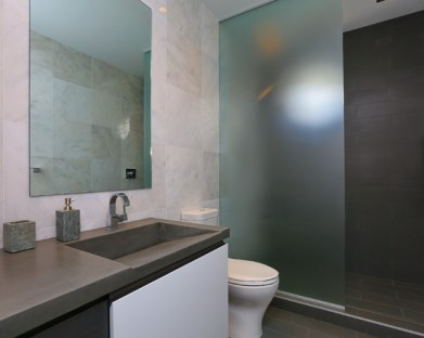 Cool ideas to use big mirrors in your bathroom (17)