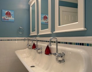 Cool ideas to use big mirrors in your bathroom (22)