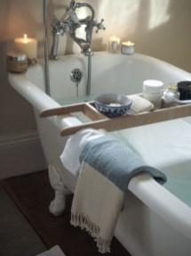 Cozy and relaxing farmhouse bathroom designs (23)