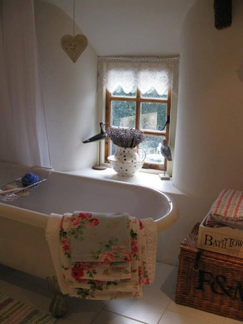 Cozy and relaxing farmhouse bathroom designs (5)