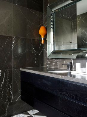 Dark moody bathroom designs that impress (15)