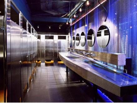Dark moody bathroom designs that impress (5)