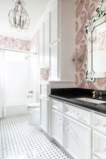 Delicate feminine bathroom design ideas (16)