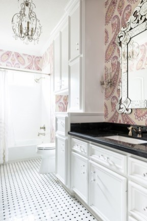Delicate feminine bathroom design ideas (16)