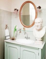 Delicate feminine bathroom design ideas (22)