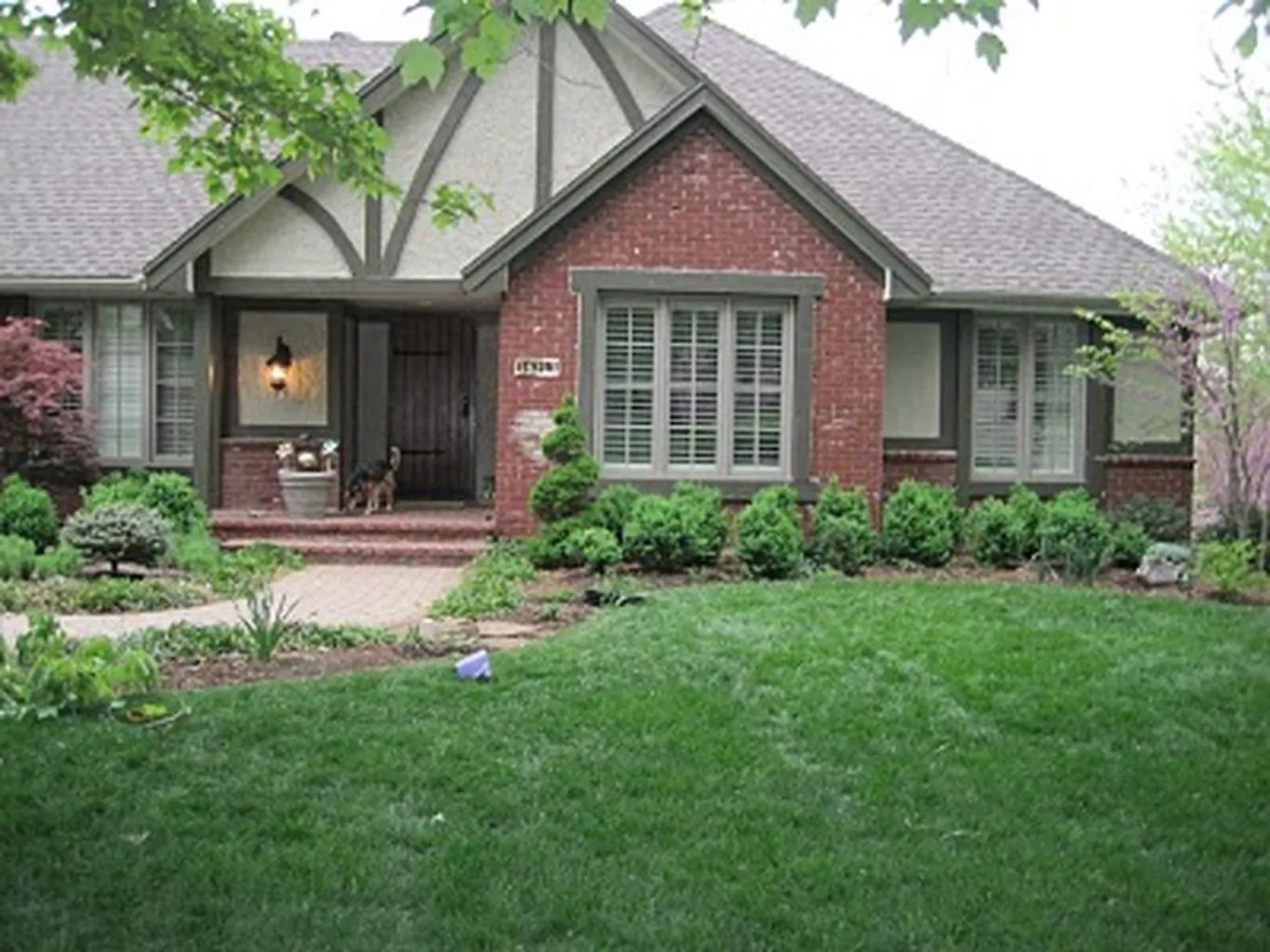 Exterior paint color ideas with red brick 30