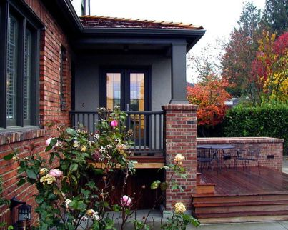 Exterior paint color ideas with red brick 39