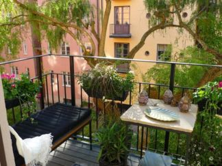 Amazing small balcony garden design ideas 08