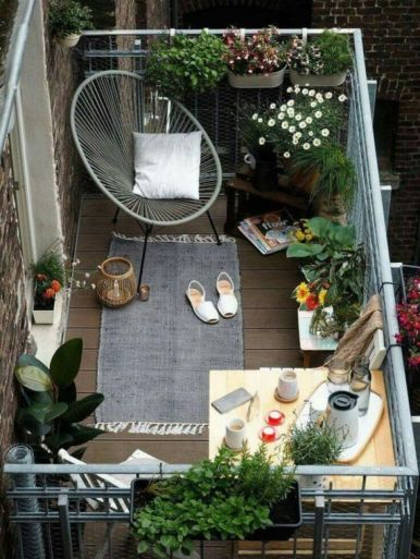 Amazing small balcony garden design ideas 28