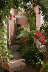 Amazing small balcony garden design ideas 32