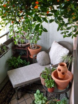 Amazing small balcony garden design ideas 43
