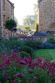 Beautiful french cottage garden design ideas 48