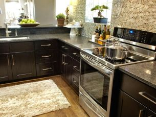 Inspiring black quartz kitchen countertops ideas 12