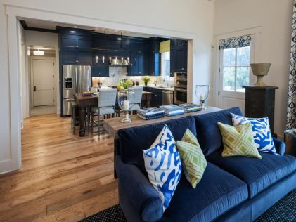 Stylish dark green walls in living room design ideas 31