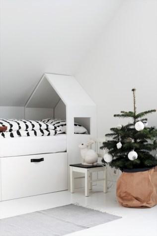 Adorable and fun christmas kids room design ideas 35