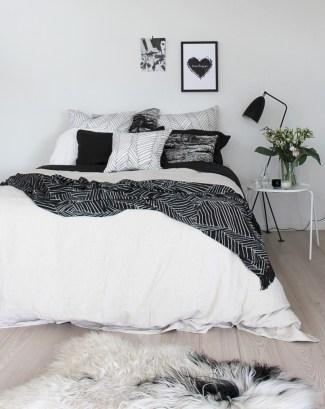 Amazing black and white bedroom ideas (33)