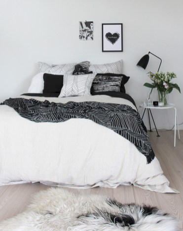 Amazing black and white bedroom ideas (33)